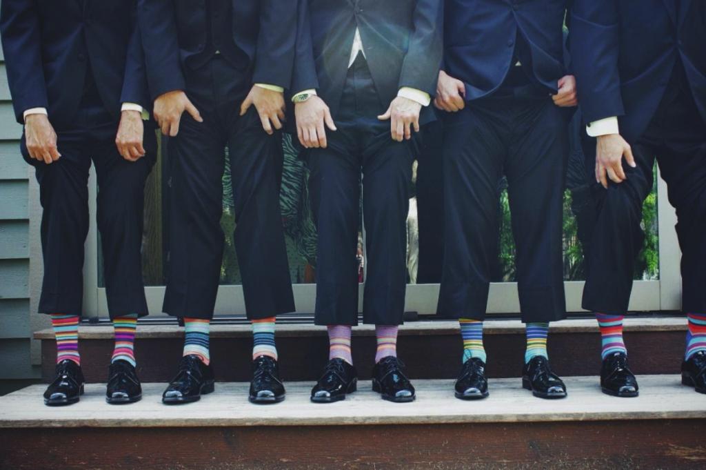 גברים בחליפות ובגרביים בדוגמת פסים צבעוניים