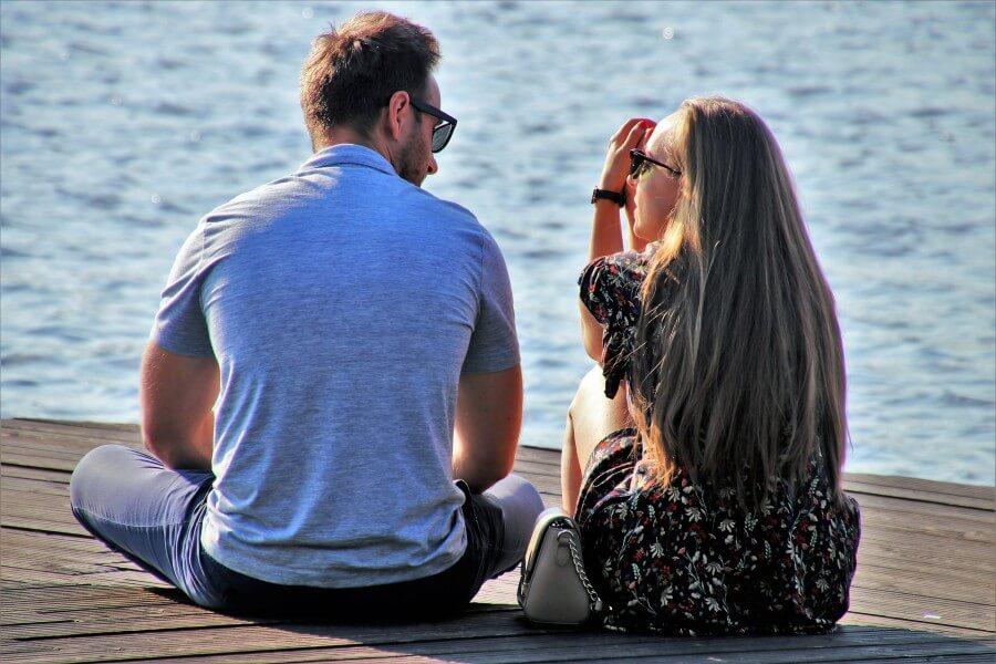זוג משוחח על שפת הים